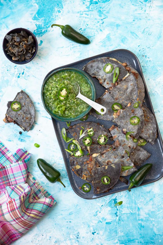 Sieniquesadillat sinisistä maissitortilloista ja huitlacochesta.