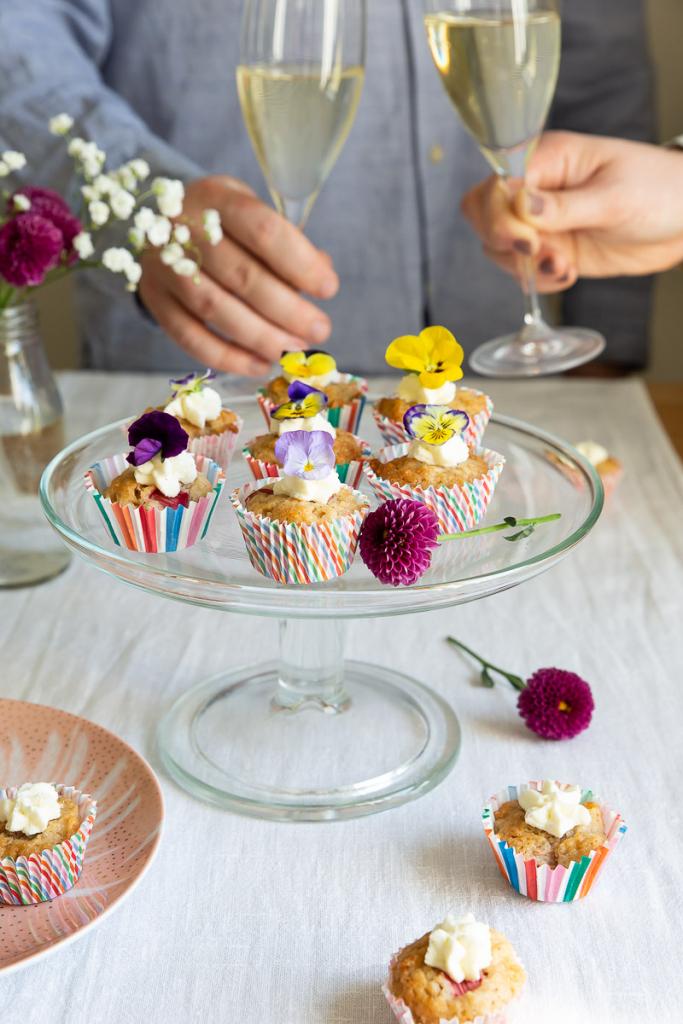 Pienet raparperimuffinit koristellaan syötävillä orvokeilla.