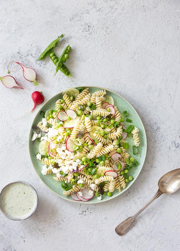 Kesän paras pastasalaatti syntyy jogurtista, fetasta ja avomaan kasviksista.