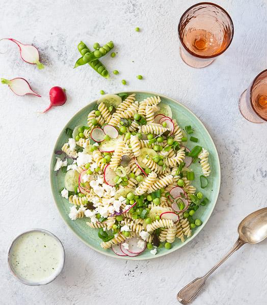 Jogurtti-pastasalaatti sopii kesäretkelle tai raikkaaksi lounaaksi